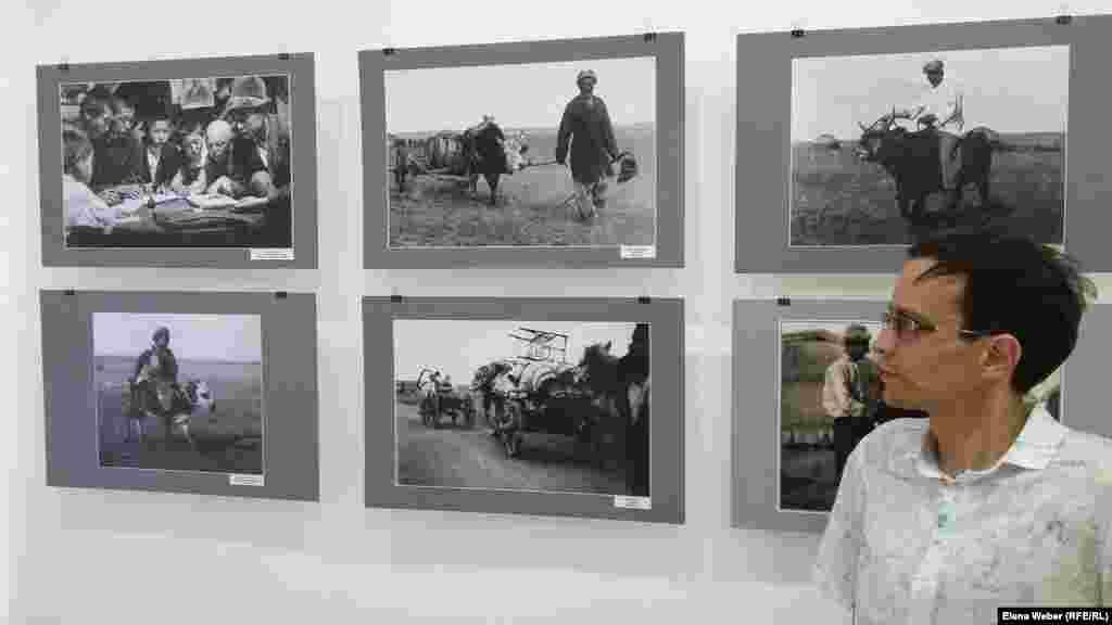 Сотрудники музея удивились тому, каким образом были проявлены многие документальные фотоснимки. Как выяснилось, у Дмитрия Багаева была собственная фотостудия. - Меня впечатлила каждая фотография. Ни одна из фотографий здесь не постановочная. Фото сделаны на стеклянный негатив. С виду выглядит как картинка, а на самом деле это реальный фотоснимок, - говорит репортеру Азаттыка экскурсовод Иван Кондрашов.