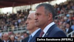 Президент «Южной Осетии» Анатолий Бибилов (справа)