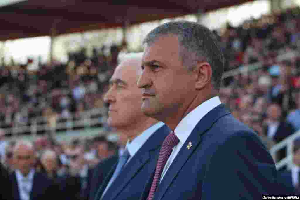 Анатолий Бибилов стоит рядом с экс-президентом Леонидом Тибиловым