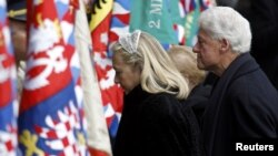 Сям'я Клінтанаў прыбывае на жалобную цырымонію.