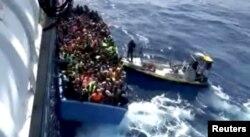 Шведский теплоход спасает беженцев из Ливии возле побережья страны. 2015 год