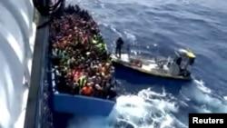 یک روز پیش از این ۵۵ جسد در انبار یک قایق چوبی در ساحل لیبی پیدا شده بود که آن هم مربوط به پناهجویانی بوده، که قصد داشتند خود را به اروپا برسانند