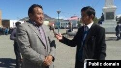 Этнический казах Мурат Дакей (слева), избранный депутатом парламента Монголии.