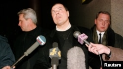 Сергей Михайлов дает интервью журналистам в аэропорту Шереметьево после приезда из Швейцарии. Декабрь 1998 года.