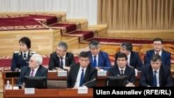 Сооронбай Жээнбеков баштаган өкмөт мүчөлөрү парламентте.