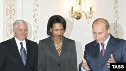 رابرت گیتس و کاندولیزا رایس، در کنار ولادیمیر پوتین، رییس جمهوری روسیه