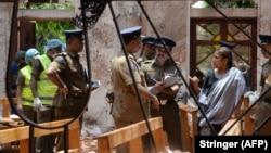 Полицейские на месте взрыва в одной из церквей Шри-Ланки, 21 апреля 2019 года