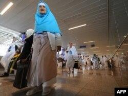 Ирандан келген зияратчы аялдар Жидда шаарынын аэропортунда. 30-октябрь 2011