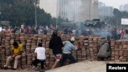 أنصار الرئيس المصري المعزول يقذفون الحجارة بإتجاه متظاهرين في مدينة نصر شرق القاهرة