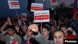 Тысячи людей протестуют в Ереване 9 октября 2009 года против подписания противоречивых договоренностей между Арменией и Турцией.