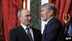 Президенты России и Киргизии Владимир Путин и Алмазбек Атамбаев на встрече в Кремле