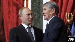 Президенты России и Кыргызстана Владимир Путин и Алмазбек Атамбаев на встрече в Кремле. 23 декабря 2014 года.