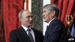 Президенты России и Кыргызстана Владимир Путин (слева) и Алмазбек Атамбаев.