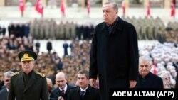 در تصویر اردوغان، نخستوزیر و رئیس ستاد مشترک ارتش ترکیه