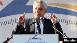 Armenia - Vartan Oskanian speaks at a Prosperous Armenia Party campaign rally in Yerevan, 2May2013.