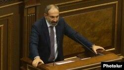 Никол Пашинян выступает в парламенте, Ереван, 8 мая 2018 года.