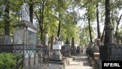 До революции в России существовал закон, предписывающий не застраивать старые кладбища, а разбивать на них сады