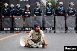 Один из манифестантов перед шеренгой полиции у главного здания правительства Таиланда. Ноябрь 2013 года