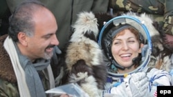 Первая женщина космический турист Аньюше Ансари и ее супруг Хамид вскоре после приземления спускаемого аппарата корабля Союз около казахского города Аркалык. 29 сентября 2006