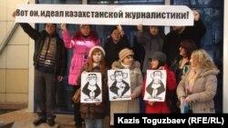 """Новинари од забранетиот казахстански опозициски весник """"Голос Републики""""(Гласот на републиката) протестираат пред судот во главниот град Алмати."""