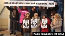 Оппозиционные журналисты на акции протеста у крыльца специализированного межрайонного административного суда. Алматы, 7 февраля 2013 года.