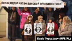 Оппозициялық басылым журналистері наразылық танытып тұр. Алматы, 7 ақпан 2013 жыл. (Көрнекі сурет)