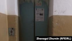Двери лифта, в котором погибла журналистка Айзат Абдисамат. Актобе, 5 апреля 2018 года.
