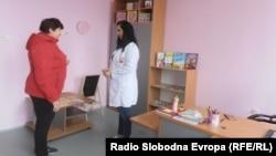 Логопедот Ана Орозовиќ - Алексиќ со пациент.