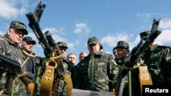 Секретар РНБОУ Олександр Турчинов (в центрі) на військовій виставці (Чернігівська область, 2014 рік)