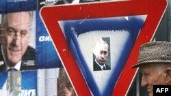 Обещание выдвиженца радикалов ускорить интеграцию с Россией нашло отклик у значительной части избирателей. Президент Путин на фоне дорожного знака «Уступи дорогу»
