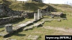 Площадка, где были расположены колонны на территории античного Пантикапея, Керчь, 13 февраля 2019 года