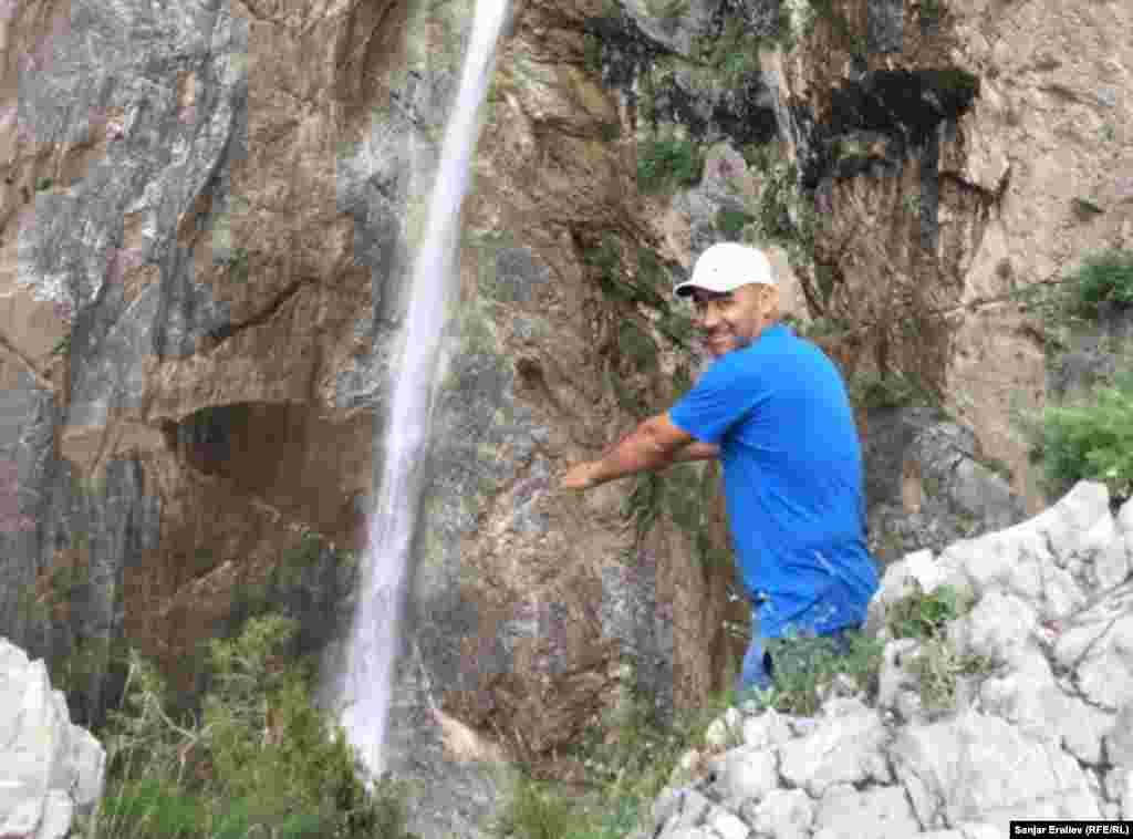 Заповедник Арсланбоб известен своим ореховым лесом. Кроме высоких гор, там есть два водопада.