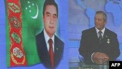 Ел астанасының орталығында Түркменстан президенті Гурбанғұлы Бердімұхаммедовтың (сол жақта) үлкен суреті ілулі тұр. Ашғабад, 11 қараша 2009 жыл.