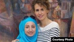 Асма Асад, жена президента Сирии Башара Асада (справа), позирует для фото со студенткой. Снимок был размещен в Instagram'e 4 сентября 2013 года.