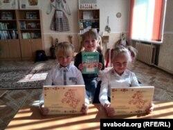 Беларускія вучаніцы 34 школы Тацьцяна Турандзіна (справа), Улада Грыцанава (зьлева), Эвэліна Самойленка (на заднім пляне)