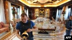 Bu foto 2014-cü ildə Yanukovych-in ov mülkündə çəkilib.