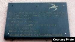 Ploča na mjestu logora u Luci Brčko