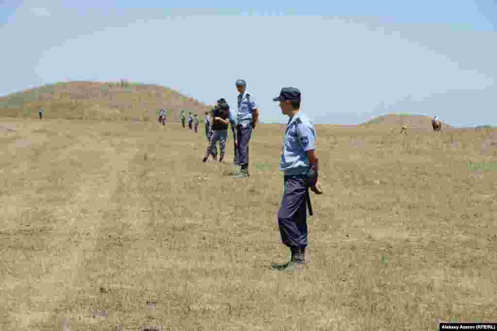 Вдоль трассы байги стояла цепь полицейских, у которых 23 июня - профессиональный праздник.