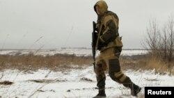 Ілюстраційне фото: луганський сепаратист на лінії фронту