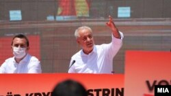 Насер Зибери, кандидат за прв Албанец-премиер на С. Македонија, на предизборен митинг пред Владата