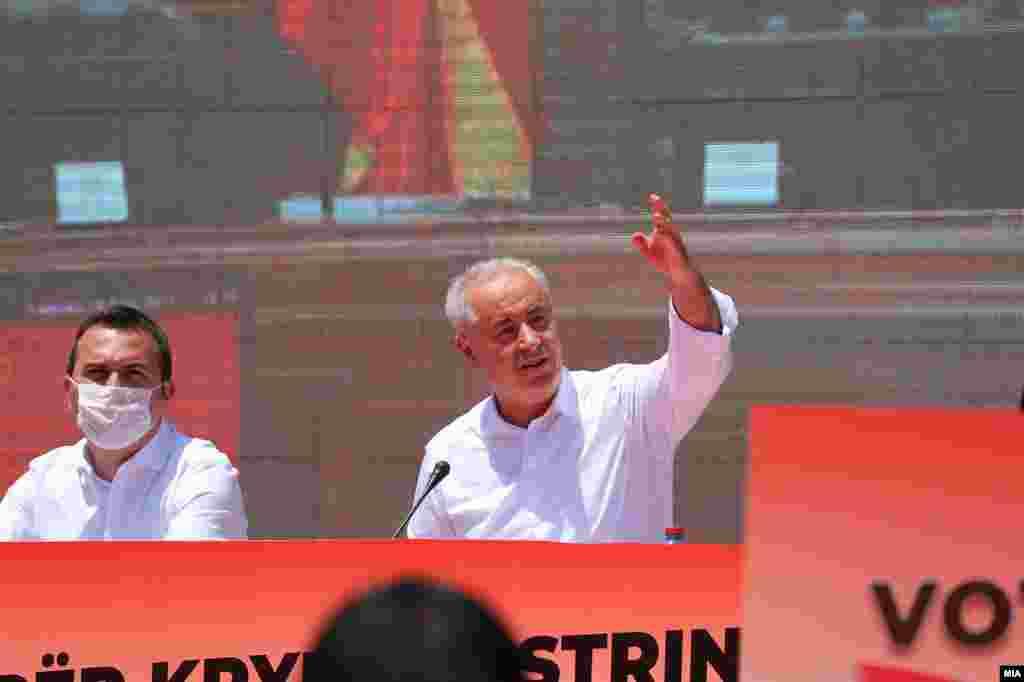 МАКЕДОНИЈА - Задолжителни часови по албански јазик во училиште, забрана за казина и игри на среќа во близина на училишта, цркви и џамии, Македонец и Албанец заеднички на чело на стратешки државни институции, консензус за химна... се дел од ветувањата на Насер Зибери, кандидатот за прв Албанец премиер на Северна Македонија, поддржан со изборната програма на ДУИ.