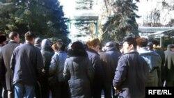 Казакстандагы кыргыз мигранттарынын нааразылык акциясы. Бишкек, 2011-жылдын 1-февралы.
