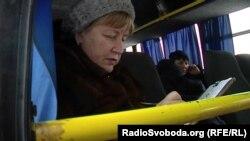 Жінка заповнює «документи», щоб потрапити до Луганська