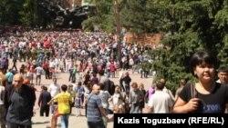 Народное гулянье на площади перед мемориалом 28 гвардейцам-панфиловцам. Алматы, 9 мая 2013 года. Иллюстративное фото.