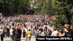28 панфиловшылар паркінде жүрген Алматы тұрғындары. 9 мамыр 2013 жыл. (Көрнекі сурет)