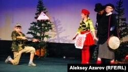 Спектакль детского коллектива из города Сатпаева Карагандинской области «Неправильная сказка про Красную Шапочку» вызывал смех в зале и аплодисменты. Алматы, 7 ноября 2014 года.