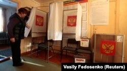 Ілюстраційне фото: на одній із сільських виборчих дільниць у Росії напередодні голосування