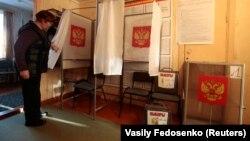 Сотрудник местного избиркома проверяет готовность к выборам. Село Братковая, 16 марта 2018 года