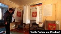 Сотрудник местного избиркома проверяет готовность к выборам. Село Братковая, 16 марта 2018 года.