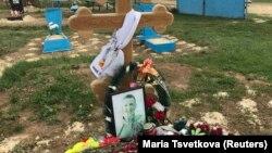 Могила российского контрактника, предположительно погибшего в Сирии.